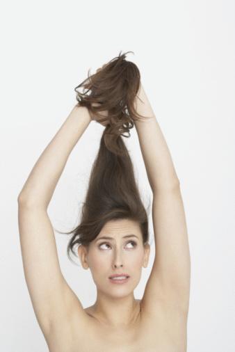 Bakımsız saçlara veda edin  Kış aylarının sert rüzgarlarının etkisi, saçın nem dengesini bozar ve kurumaya neden olur. Kışın banyo sonrasında saçların saç kurutma makinesiyle kurutulması, yıpranmaya neden olan önemli sebeplerdendir. İşte bu yüzden saçlar en çok yaz mevsimini sever. Çünkü kendi halinde kurumaya bırakılan saçlarda kuruma, yıpranma, kırılma ve yanma riskleri ortadan kalkar. Yaza girerken saçlarınız için öncelikli yapmanız gerekenler ise şunlar: