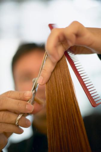 Öncelikle saçlarınızın uçlarından en az 1 cm. olmak üzere kestirmelisiniz. Böylece saçlarınızın yıpranmış ve ölü uçlarından kurtulacak ve daha sağlıklı uzamalarına olanak vereceksiniz.