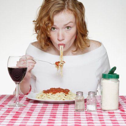Domates soslu spagetti   Evet, belki çok eğlenceli gözüküyor ama hiç de göründüğü kadar masum değil! Hem yemesi zor hem de üstünüze başınıza sos sıçratma ihtimaliniz çok yüksek. Daha da önemlisi; yerken yüzünüzün alacağı şekil, aklına geldiğinde ikinci buluşma sizin için bir hayal olabilir!