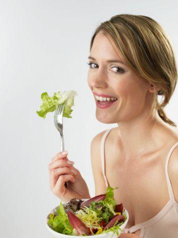 Az yağlı sosla isteyeceğiniz bir salata   Diyette olsanız bile bunu bilmesine izin vermeyin; kısa bir süre ara vermenin bir sakıncası olmaz. Kendinizden hoşnut olmadığınızı ve sürekli otlayan sıkıcı biri olduğunuzu düşünmesini istemezsiniz değil mi?