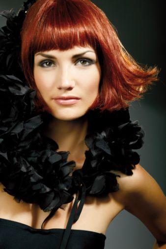 Kızıl saçlı erkek:   Ölçüsüzdür. Macerayı çok sever, aşk ilişkilerine aşırı düşkün olur. Parayı çok sever fakat hepsini de harcamaktan kaçınmaz.   Hiçbir engel dinlemez yorgunluk kelimesinin onda anlamı yoktur. Özünde utangaç ve çekingendir fakat kendini zorlayarak atak ve cesur görünmeye çalışır.  Kızıl saçlı kadın:   Sabırsızdır, görüşlerini paylaşmayanlardan hoşlanmaz. Gönül ilişkilerinden hoşlanır. Çok konuşur, dedikoduya bayılır.   Bünyesi zayıf görünse bile çok dayanıklıdır. Aşırı hareketliliğinden dolayı çabuk yıpranır, uzun ömürlü olmaz.