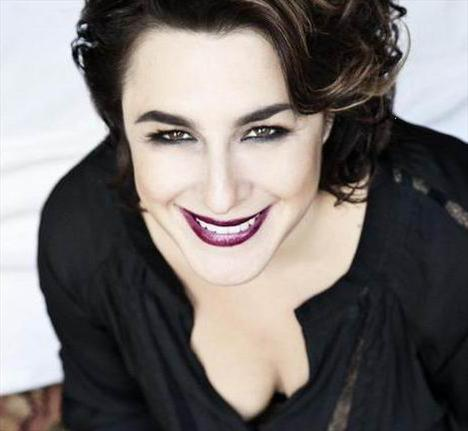 MUKADDES YENGE BÖYLE OTURMA!  Esra Dermancıoğlu, ilk önemli rolünü üstlendiği Fatmagül'ün Suçu Ne dizisindeki Mukaddes Yenge yorülye gerçekten de dikkat çekici bir performans sergiliyor. Ama seyirciden ona da bir eleştiri geldi.