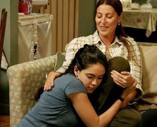 """17 YAŞINDA BİR KIZ HAMİLE KALIR MI   İki yıl önce ekrana gelen ve başrollerini Talat Bulut, Vahide Gördüm ve Duygu Yetiş'in paylaştığı Annem dizisinde """"hamilelik"""" tartışması gündeme gelmişti."""