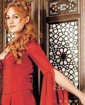 """HAREM GENELEV GİBİ PADİŞAH DA ŞEHVET DÜŞKÜNÜ GÖSTERİLMİŞ   Büyük Birlik Partisi (BBP) İstanbul İl Teşkilatı'ndan bir grup, Abdülhamit dönemini anlatan """"Sultanın Sırrı"""" filmini izlemek için gittikleri sinema önünde, Kanuni Sultan Süleyman döneminin anlatıldığı """"Muhteşem Yüzyıl"""" dizisini protesto etti."""