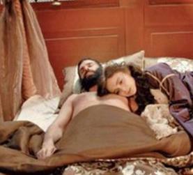 Osmanlı döneminin en önemli kadın karakterlerinden biri olan Kösem Sultan'ın öyküsü üzerine odaklanan film sinemasal açıdan çok iyi bulunmamış ama en ağır eleştirileri de Sultan 1. Ahmet'i yatakta gösteren sahneler yüzünden almıştı.