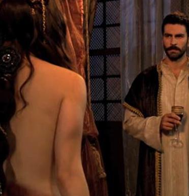"""Filmin senaryo yazarı Avni Özgürel, eleştiri konusu olan sahnenin """"sadece 40 saniye sürdüğünü"""" söylemişti."""