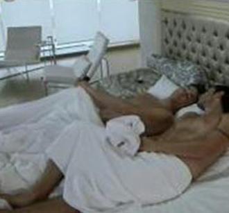 Ekran karşısındaki izleyiciyi şoke eden sahne Türkiye'de TV'lerde daha önce örneğine hiç rastlanmaya eşcinsel yatak sahnesiydi.   Daha dizi yayınlandığı gece herkes RTÜK'ün ve seyircinin bu sahneye ne tepki göstereceğini de merak etmeye başladı.