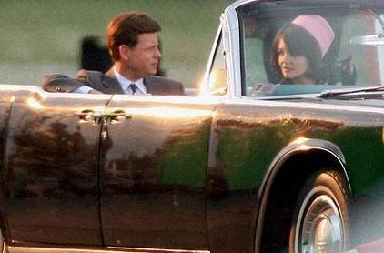 Eleştirmenleri dizinin oyunculuk açısından da çok zayıf olduğunu söyledi. Özellikle Kennedy'nin eşi Jacqueline'i canlandıran Katie Holmes'un performansı yerden yere vuruldu.