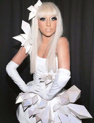 """Kendisini yurt dışında her yaptığıyla olay olan Lady Gaga'ya benzetenlere şu cevabı veriyor:   """"Ben benzer hiçbir tarafımızı göremiyorum. Lady Gaga çirkin, bodur bir kadın; ben güzelim."""""""