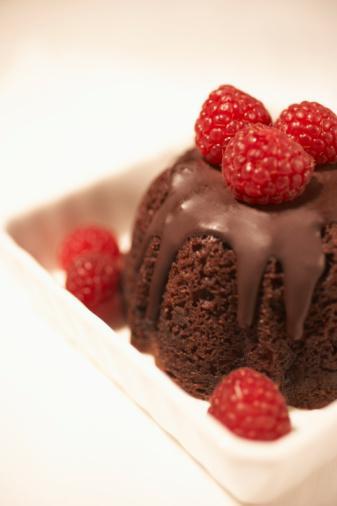 Çikolatalı Kahveli Kek (Kaju soslu) Sos için:  8 çorba kaşığı tuzsuz kaju 125 gr bitter çikolata, kıyılmış 2 çorba kaşığı akçaağaç şurubu  Kek için:  2 ½  su bardağı tam buğday unu 5 çorba kaşığı toz kakao 2 tatlı kaşığı toz espresso 1 tatlı kaşığı kabartma tozu ½  tatlı kaşığı karbonat  ½  tatlı kaşığı tarçın ½  tatlı kaşığı tuz 1 adet büyük boy yumurta 8 çorba kaşığı esmer şeker 120 ml kanola ya da üzüm çekirdeği yağı 240 ml koyu kalıve, oda sıcaklığında 1 tatlı kaşığı vanilya esansı