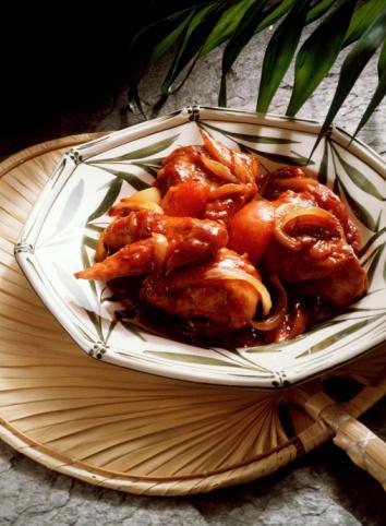 Mole Soslu Tavuk Buğulama Malzemeler 4 adet kuru Meksika biberi 2 tatlı kaşığı ayçiçeği yağı 1 adet orta boy soğan, doğranmış 2 diş sarımsak, kıyılmış 1 adet olgunlaşmamış (yeşil) muz, dilimlenmiş 8 adet yeşil domates, dörde bölünmüş 4 çorba kaşığı kuru üzüm 1 tatlı kaşığı tarçın 2 adet kararını ½ tatlı kaşığı yenibahar  ½  tatlı kaşığı kişniş 1 tatlı kaşığı mercanköşk 4 çorba kaşığı badem ya da ceviz içi 2 çorba kaşığı susam 45 gr bitter çikolata ya da bitter kuvertür. kıyılmış 4 adet derisi alınmış kemiksiz tavuk goğsu (her bin 185 gr)  3 dal taze kekik