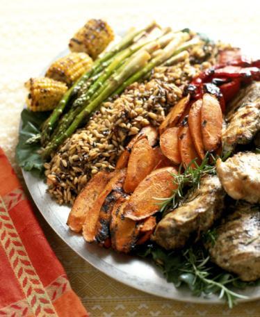 Hazırlanışı:  1.Biberleri bir kâse ılık suyun içinde 30 dakika beklet. 2 tatlı kaşığı ayçiçeği yağını kızartma tavasına alıp orta ateşte ısıt. Soğanları yumuşayıncaya kadar, yaklaşık 4 dakika kavur. Sarımsak, muz, yeşil domates, kuru üzüm, tarçın, karanfil, yenibahar, kişniş ve mercanköşkü ilave et. Arada karıştırarak 5 dakika pişir.  2.Biberleri suyun içinden çıkar, suyun yaklaşık 2 bardağını ayır. Biberlerin tohum ve saplarını temizle. Ayırdığın su, biber, yeşil domatesli karışım, badem ve susamı blender ile pürüzsüzleşene kadar karıştır. Karışımı tavaya aktar ve çikolata ekleyip karıştır. Tuz ve karabiberle tatlandırdıktan sonra çikolata tamamen eriyinceye kadar ısıt.  3. Tavuk etlerini haşlamak için geniş bir tencereye al. Üzerini iki parmak geçecek kadar su ilave et. Tuz ve kekik dallarını ekle I aynama noktasına gelım eye kadaı ısıt   jzeyde kop -;!eı oluş n ık (- ıdaı kaynamamalı). Ateşi kıs. kapağını aralık bırakarak yaklaşık 15 dakika, ya da ısı ölçer 75 dereceyi göstennceye kadar pişir. Hole sos ve isteğe gore kişnişle birlikte servis yap.  4 Kişilik. Bir porsiyonda: 514 kalori, 18 gr yağ (4 gr'ı doymuş), 48 gr karbonhidrat, 223mgsodyum, 10 gr lif, 44 gr protein.