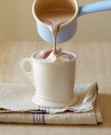 Üç tip sıcak çikolata Malzemeler 360 ml yatım yağlı süt 45 gr bitlet çikolata, ince rendelenmiş (yaklaşık 5 çorba kaşığı)  Aztek usulü:  1 tutam toz muskat 1 tutam kırmızıbiber veya pul biber  Chai usulü:  1 tutam toz zencefil 1 tutam toz kakule 1 tutam karabiber 1 tutam tarçın