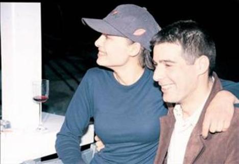 O dönemlerde ünlü yazar Ayşe Kulin'in oğlu Selim Kemahlı ile aşk yaşadı.