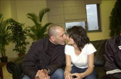 Ve çift aniden evlendi. Çiftin Osman Nejat adında bir çocukları var.