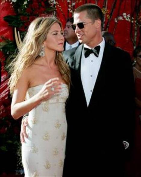 Pitt, Angelina Jolie'ye çektikleri bir film sırasında aşık oldu. Ve eşi Jennifer Aniston'dan ayrıldı.