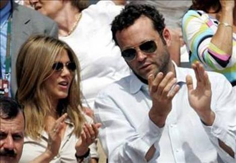 Jennifer Aniston ise teselliyi Vince Vaughn'da bulduğunu düşündü. Aniston'ın adı daha sonra birçok yakışıklıyla anıldı.
