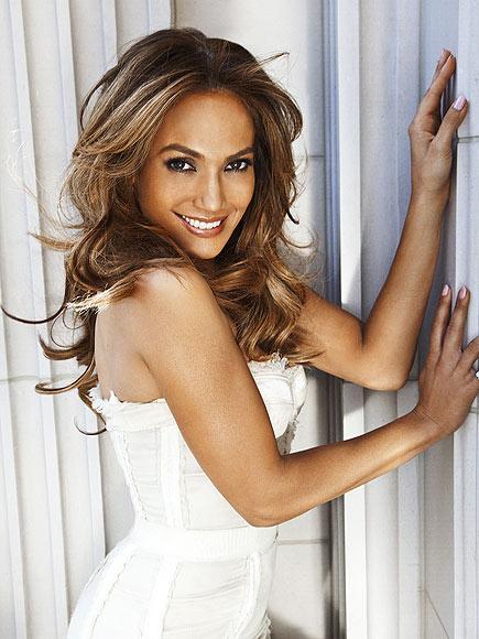 """People dergisinin her yıl yaptığı """"Dünyanın En Güzel İnsanları"""" listesinde ipi Jennifer Lopez göğüsledi. İlk sırayı alan Jennifer Lopez'i genç oyuncu Zac Efron takip etti.   Listenin en tepesine güzelliğiyle adını yazdıran Lopez, daha önce aynı unvanı kazanmış olan Halle Berry, Jennifer Garner ve Beyonce Knowles gibi ünlerin arasındaki yerini aldı.   41 yaşındaki ünlü yıldız, ''Mutluyum. 25 yaşında olmadığımdan dolayı gururluyum'' diye konuştu."""
