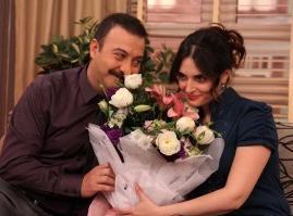 ÖPÜŞTÜR ŞUNLARI ARTIK YETER  Ekranın çok izlenen dizilerinden biri olan Yahşi Cazibe'nin iki ana karakteri Aslıhan Gürbüz''ün oynadığı Cazibe ile Hakan Yılmaz'ın canlandırdığı Kemal, aslında anlaşmalı evlilik yapmışlardı.