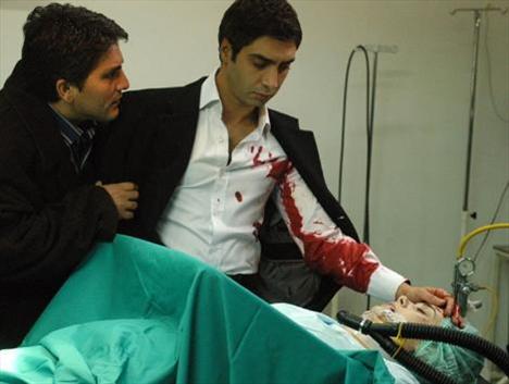 Elif trafik kazası geçirerek hastaneye kaldırıldı.