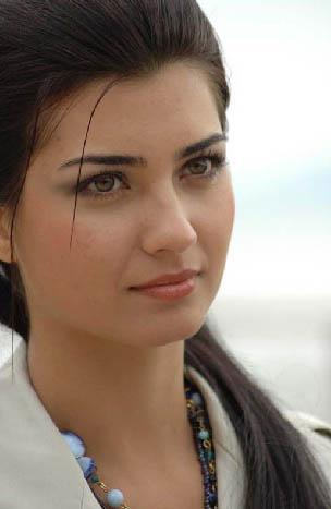 TUBA BÜYÜKÜSTÜN  5 Temmuz 1982'de İstanbul'da doğdu.
