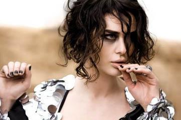 HANDE ATAİZİ  2 Eylül 1973'te Bursa'da dünyaya geldi.