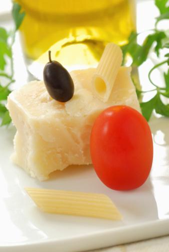 PAZARTESİ Kahvaltı: 1 dilim tam çavdar ekmeği. 2 parmak kalınlığında az yağlı dil peyniri. 5 adet zeytin, domates, yeşil biber maydanoz, sekersiz açık çay.   Ara: 2 adet ceviz.   Öğle: 1 tabak zeytınyağlı sebze, 1 kase cacık veya ayran. 1 tatlı kasığı zeytinyağlı çoban salata. 1 dilım tam çavdar ekmeği.   Ara: Bol tarçınlı 1 adet ufak armut, 1 dilim az yağlı beyaz peynir, 1 adet kepekli grissini  Akşam: Izgara balık (180-200 gr.). 4 adet buharda pismiş kuşkonmaz, 1 tatlı kasığı zeytinyağlı roka ve yeşil salata  Ara: ½  adet muz, 3 adet ceviz.