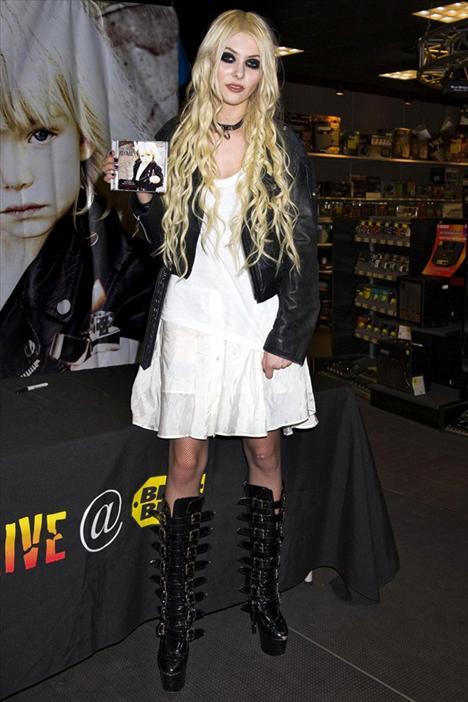 Gossip Girl dizisinin genç oyuncusu Taylor Momsen, yine o çok tartışılan kılıklarından birine bürünmüş.