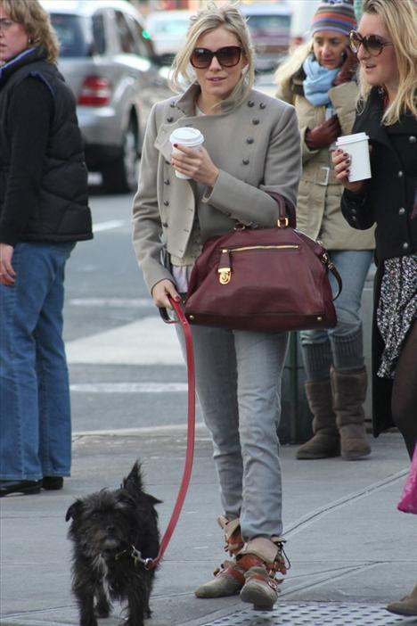 Sienna Miller'ın çantasına ve düz bootilerine bayıldık.