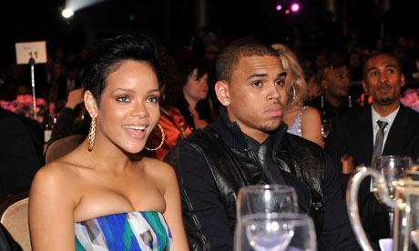 CHRIS BROWN / RIHANNA  2009'da Grammy Ödülleri gecesinde Rihanna sevgilisi Chris Brown'un cep telefonunda uygunsuz bir mesaj bulunca, Brown onu feci şekilde dövdü.