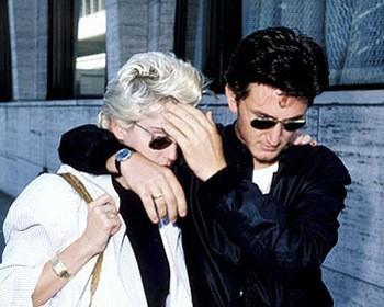 Mutsuz evlilik, 1988'de sarhoş Penn, Madonna'ya dokuz saat boyunca küfürler yağdırıp, tokatladıktan sonra şarkıcının polise sığınmasıyla  son bulmuştu.
