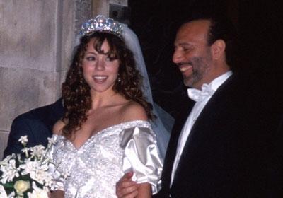 MARIAH CAREY/ TOMMY MOTTOLA  Sony Music'in güçlü Başkanı Tommy Mottola onu gözüne kestirdiğinde Mariah Carey henüz bir yeniyetmeydi.   Çift 1993'te evlendi. Carey, kendisinden 20 yaş büyük Mottola tarafından sürekli kontrol altında tutuluyordu.