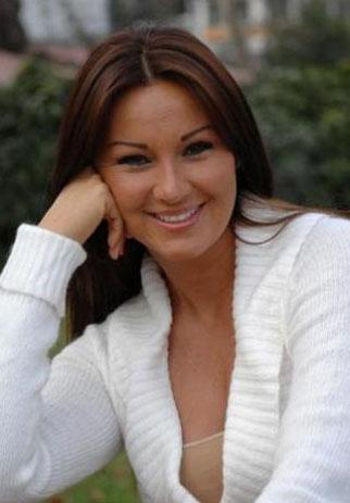 Pınar Altuğ St. Benoit Fransız Lisesi'ni bitirdi.