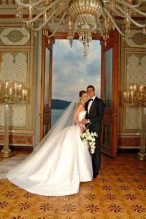 DEMET ŞENER - İBRAHİM KUTLUAY  Manken Demet Şener, uzatmalı sevgilisi basketbolcu İbrahim Kutluay ile 2005 yılında Çırağan Sarayı'nda gerçekleşen düğünle dünya evine girdi.