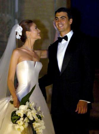1995 Türkiye Güzeli olan Demet Şener, ünlü modacı Yıldırım Mayruk'un hazırladığı gelinliği giyerken, İbrahim Kutluay ise damatlığını Gucci'den seçti.