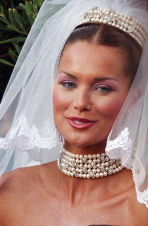 EBRU ŞALLI - HARUN TAN  Manken Ebru Şallı, üç yıl birlikte olduğu Harun Tan'la Swissotel'de düzenlenen bir düğünle evlendi.   Ebru Şallı, düğünde 24 metre uzunluğundaki Cemil İpekçi imzalı gelinliği giydi.