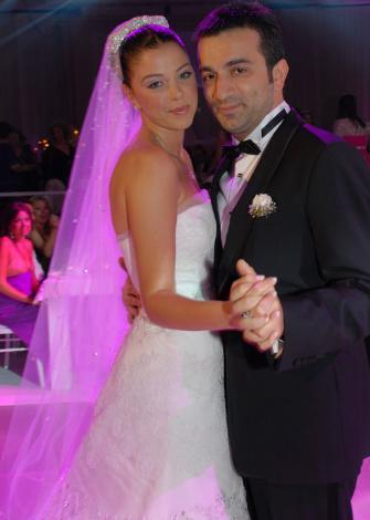 ESRA ERON - MURAT AŞIK  2002 yılında Miss Turkey güzellik yarışmasında üçüncü olan Esra Eron, aynı yıl içinde Miss Europe yarışmasında da üçüncü oldu. Ardından podyumun aranılan isimlerinden biri haline geldi.