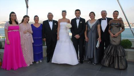 Fenerbahçe eski başkanı Metin Aşık'ın oğlu, iş adamı Murat Aşık'la 2008 yılında evlendi.