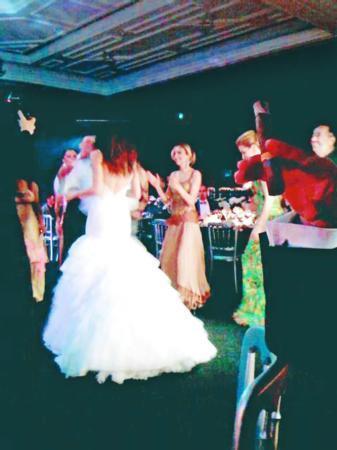 GÜZİDE DURAN - ADNAN AKSOY  Güzide Duran da, işadamı Adnan Aksoy'la Çırağan Sarayı'nda evlendi.