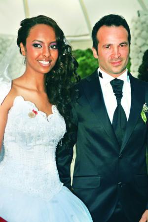 TUĞÇE GÜDER - UĞUR KARAS  2005 Best Model birincisi Tuğçe Güder (23), işadamı Uğur Karas ile Bahar Country'de gerçekleştirilen kır düğünüyle dünya evine girdi.