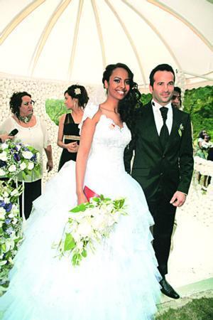 Çiftin şahitliklerini Nimet Çubukçu, Tülin Berk Razı ve Öner Omay yaptı. Düğün törenine Okan Buruk ve eşi Nihan Akkuş, Erkan Özerman, Simge Tertemiz, Hande Subaşı'nın da aralarında bulunduğu yaklaşık 300 davetli katıldı.