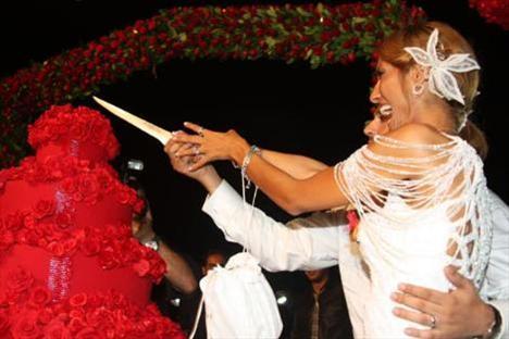 2 bin davetlinin katıldığı düğünde süsleme için 3200 adet kırmızı gül kullanıldı.