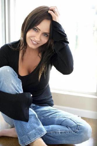 Güzel yıldız dizi film sona erince kariyerini porno sektöründe sürdürdü.