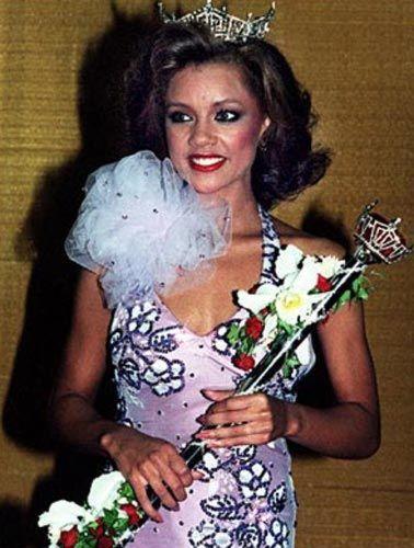 Williams, Tacını bırakan ilk Amerika Güzeli oldu.