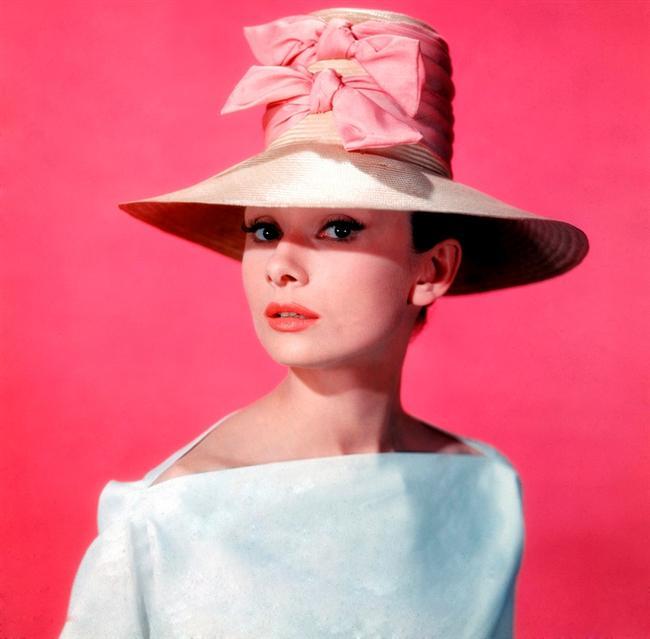 """AUDREY HEPBURN  """"Givenchy'e olan bağımlılığım, Amerikalı kadınların psikiyatristlerine olan bağımlılığından farksız!"""" demişti Audrey Hepburn. İlk kez 1954 yapımı Sabrina filmi için Hupert de Givenchy'le birlikte çalışan yıldız, tasarımcının ilham kelebeği olmasının yanı sıra, döneminin moda ikonu haline geldi.  Funny Face, Paris When It Sizzles ve Breakfast at Tiffany's filmleriyle moda gezegeni üzerindeki çekim gücünü daha da arttırdı. Kadınlar, filmlerdeki Hepburn'e olduğu kadar, günlük hayatta balıkçı yaka kazaklar, kapri pantolonlar ve babetlerle sade bir stil yaratan Hepburn'e de hayranlık besliyorlar."""