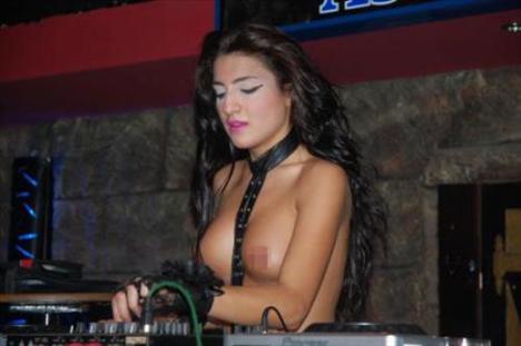 Edirne'de bir barda sahneye çıkan üstsüz DJ Nikita müziği ve erotik dans gösterisiyle yürekleri hoplattı.