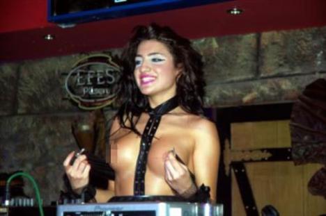 İçkinin su gibi tüketildiği gecede dans ederek eğlenen Edirne'liler DJ ile fotoğraf çektirmeyi ihmal etmedi.