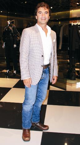 CEM HAKKO  Vakko'nun patronu Cem Hakko, sportmenliği ve her daim şık giyimiyle tanınır.   Bunlar onun genç görünmesi için büyük avantaj ama minyon tipli olması da Cem Bey'in genç görünmesindeki en büyük faktör elbette. Hakko hiç yaşını göstermese de, bu yıl 56 yaşına basıyor.