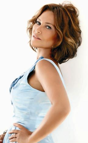 HÜLYA AVŞAR  Yıllardır tüm anketlerde 'Türkiye'nin en güzel kadını' seçilen Hülya Avşar, 50'sine çok yaklaştı. Avşar 2011 yılı itibariyle 48 yaşında.