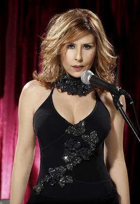 NİLÜFER  Türk Pop müziğinin başarılı ismi Nilüfer de yıllara meydan okuyor.   Geçtiğimiz günlerde düet albümünü piyasaya çıkaran Nilüfer 56 yaşında.